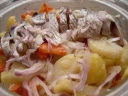 Салат овощной с сельдью