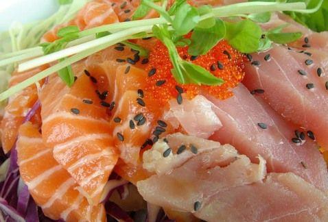 Бутерброды с рыбой, хреном и помидорами
