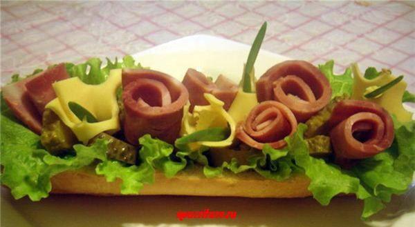 Большой бутерброд с фруктовым салатом, ветчиной и сыром