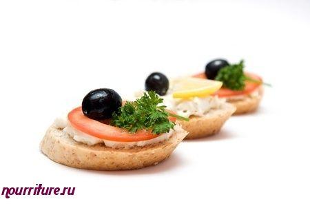 Бутерброды калорийные с помидорами и килечным маслом