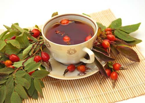 Витаминный напиток из плодов шиповника и листьев крапивы