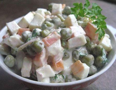 Рыбный салат с морковью и зелёным горошком