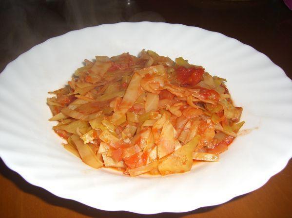 Белокочанная капуста, тушённая с томатным соусом
