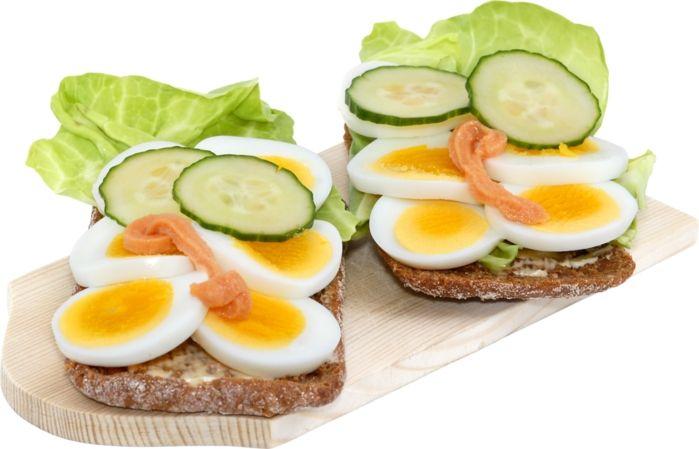 Бутерброды с яичницей и сардинами или шпротами