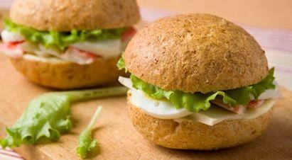 Бутерброды-ассорти с крабами и овощным салатом