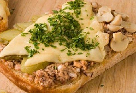 Горячие бутерброды с рыбными консервами по-итальянски
