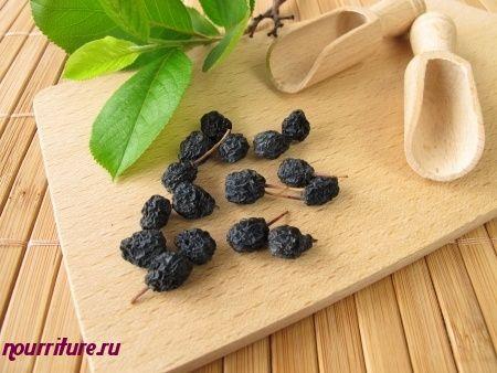 Отвар сушёных плодов черноплодной рябины