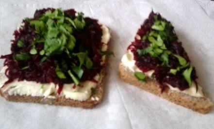 Бутерброды с красной салатной свёклой