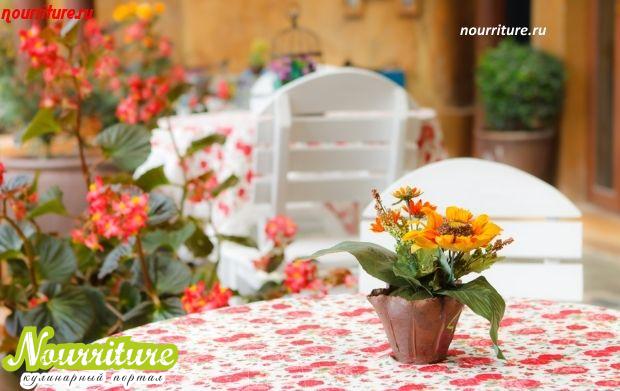 Сервировка стола: как правильно украсить стол цветами?