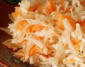 Салат из квашеной капусты с корнем сельдерея