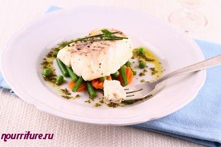 Жареная треска с овощным салатом