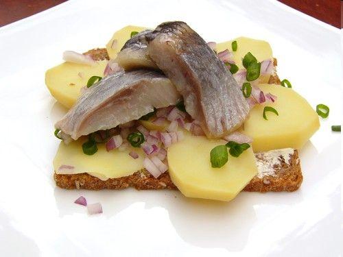 Бутерброды с картофелем, сельдью и луком