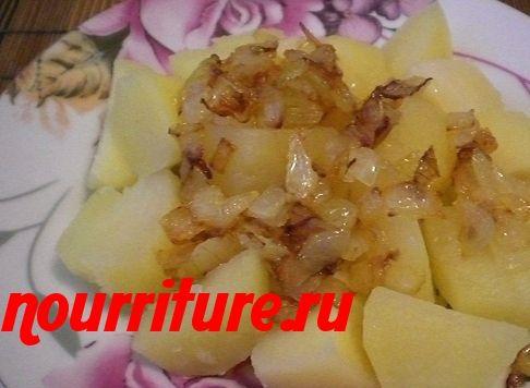 Картофель отварной с жареным луком, грибами и помидорами