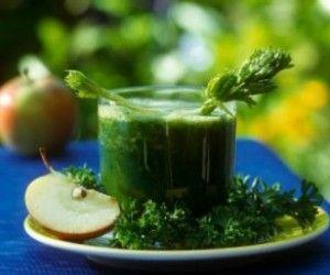 Смесь морковного сока и сока петрушки при глазных заболеваниях