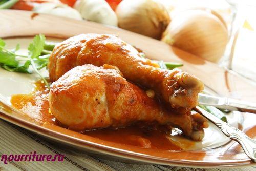 Курица или цыплёнок, тушённые в томатном соусе с грибами