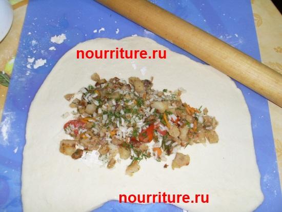 Кулебяка с рыбой, белыми грибами и зеленью