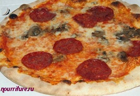 Пицца с острой колбасой и грибами