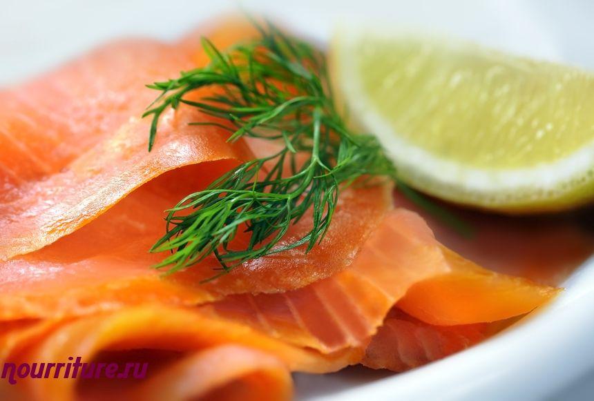Рулетики из копчёного лосося со сливками и кресс-салатом