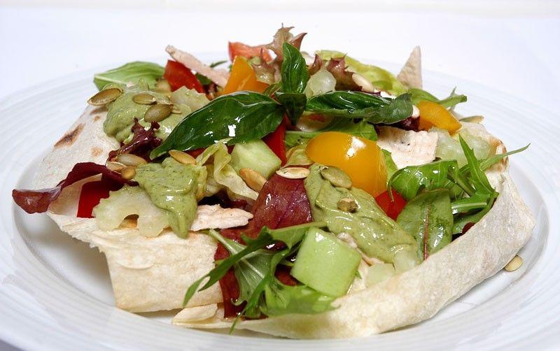 Салат из трески с редисом и сельдереем
