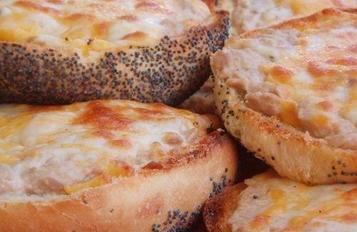 Бутерброды с яичницей,  сардинами (шпротами) и овощами