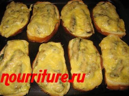 Бутерброды со шпротами, запечённые с сыром