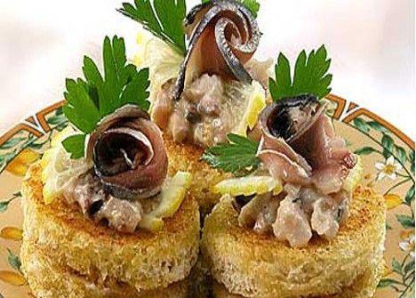 Бутерброды канапе с селёдочным маслом и свёклой