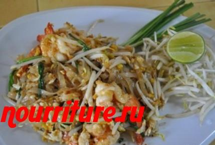 Рисовая лапша, обжаренная с курицей и креветками