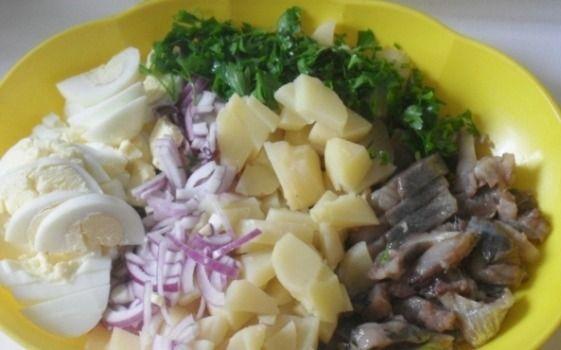 Картофельный салат с овощами и сельдью