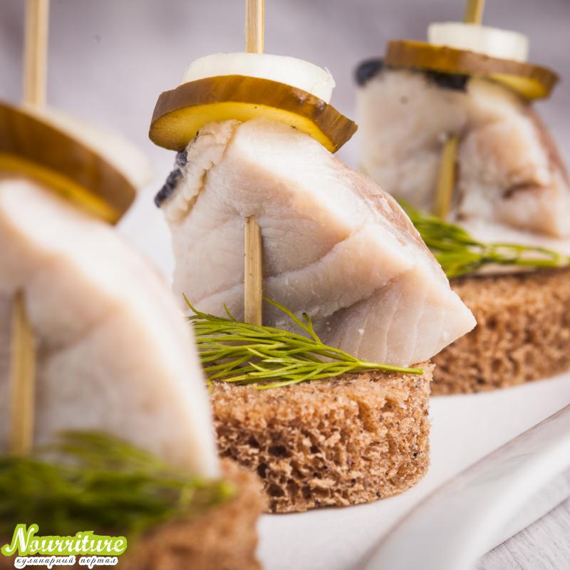 Бутерброды канапе с пряной сельдью или мойвой
