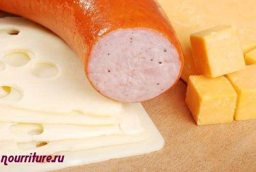 Бутерброды небольшие полосатые с сыром и колбасой