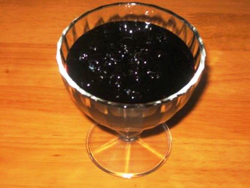 Свежие ягоды черноплодной рябины, протёртые с сахаром