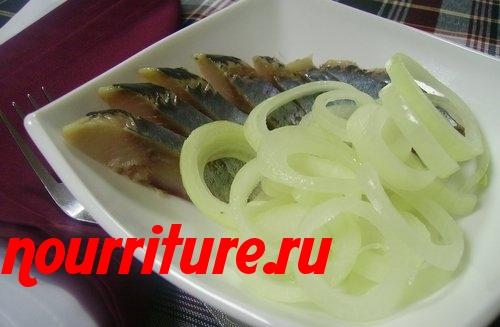 Салат из солёной или копчёной сельди с маринованным луком