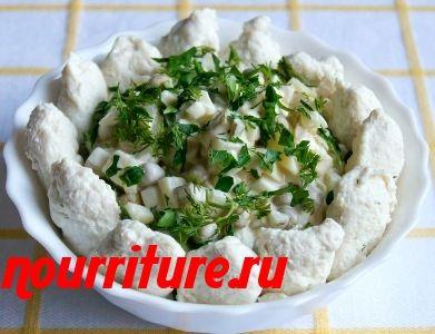 Салат с диетическими кнелями из курицы