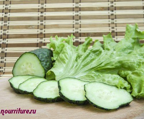 Огурцы и салат, припущенные в сметане