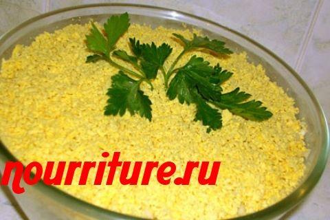 Салат с консервированной рыбой и зелёным луком