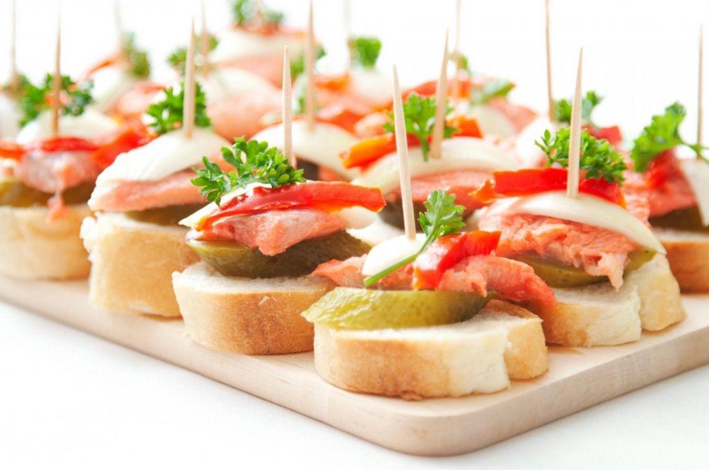 Бутерброды канапе с луфарём или пеламидой пряного посола