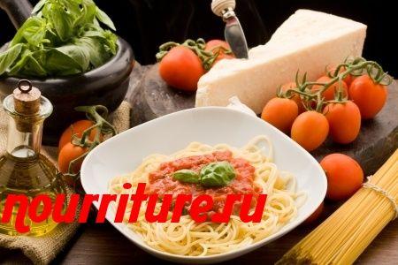 Спагетти с базиликом, помидорами и пореем