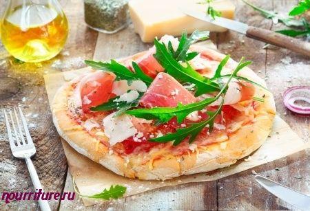 Пицца с ветчиной, рукколой и авокадо